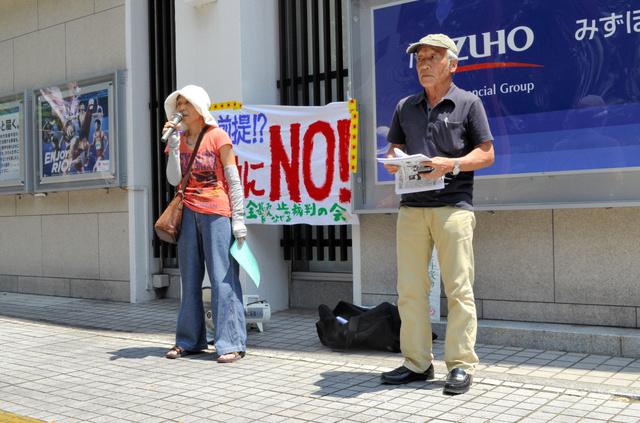 伊方原発の再稼働に抗議する市民グループの人たち。市中心部で抗議のチラシを配った=佐賀市