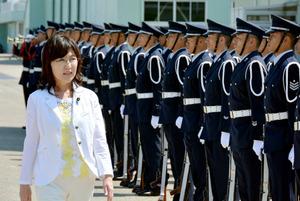 儀仗(ぎじょう)隊による栄誉礼を受ける稲田朋美防衛相=12日午前、石川県の航空自衛隊小松基地