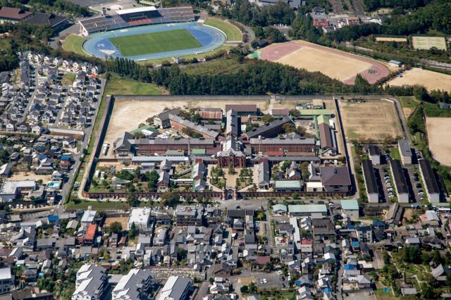 奈良少年刑務所の全景。放射状に五つの「舎房」が配置されている。周囲には住宅街が広がる=法務省提供