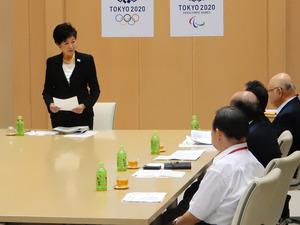 移転賛成派の築地市場関係者と会談する小池百合子知事(左)=東京都庁