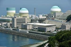 再稼働された伊方原発3号機(右)=12日午後0時3分、愛媛県伊方町、井手さゆり撮影