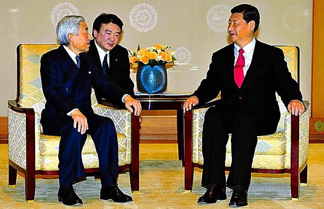 天皇陛下と会見する中国国家副主席(当時)の習近平氏(右)=2009年12月15日、皇居・宮殿「竹の間」