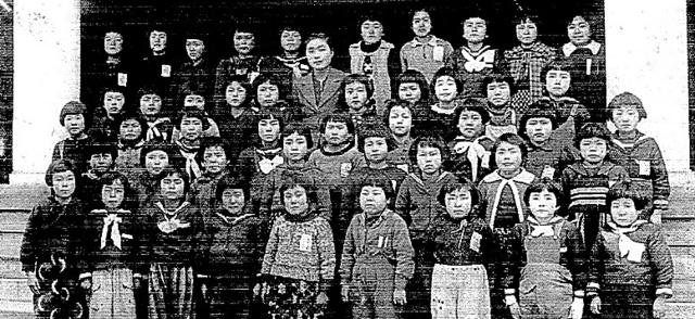 戦時中の1944年、山田玲子さんが己斐国民学校4年生の時の集合写真=山田玲子さん提供