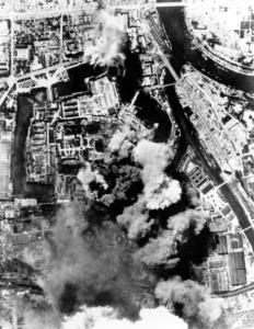 空襲を受ける大阪砲兵工廠。堀に囲まれた大阪城(中央)には陸軍の庁舎があった。京橋駅周辺(右方向)も被災した=1945年8月14日、米軍撮影