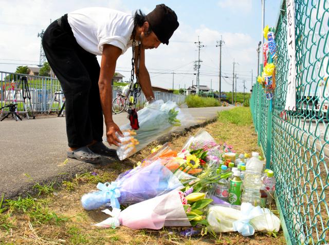 平田奈津美さんの遺棄現場で、ユリの花を手向ける戸塚さん=13日午前9時43分、大阪府高槻市、大部俊哉撮影