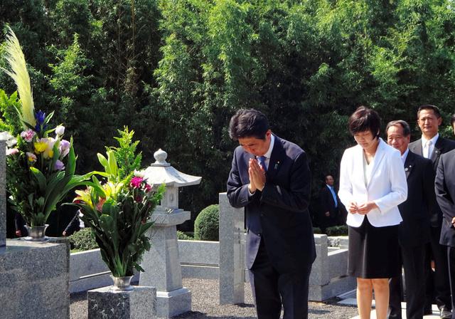 安倍家の墓の前で、昭恵夫人とともに手をあわせる安倍晋三首相=13日午前9時44分、山口県長門市、大久保貴裕撮影