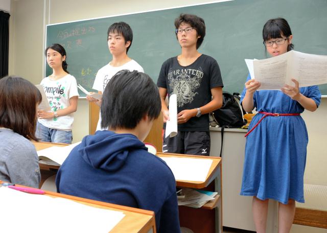 報道観察した結果を発表する学生たち=茨城大