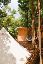 総ヒノキのシャワールームトイレを備えたキャンプ施設=1日、名護市饒平名のナンマムイネイチャーリゾート