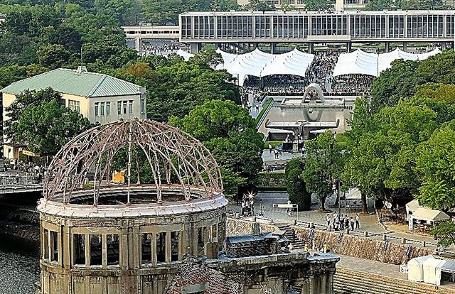 被爆71年を迎えた原爆ドーム。奥は式典が行われた平和記念公園=6日、広島市