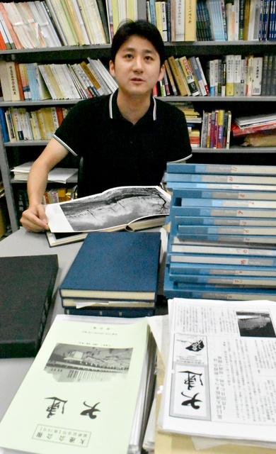 「満洲の記憶」研究会の大野絢也さん。集めた資料が積み上げられていた=3日、東京都国立市、木村司撮影
