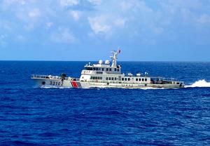 7日に領海侵入した中国海警局の公船「海警33102」。機関砲らしきものを搭載していた=海上保安庁提供