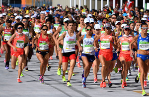 女子マラソンで一斉にスタートする田中智美(右から2人目)、福士加代子(同3人目)、伊藤舞(左から2人目)ら=諫山卓弥撮影