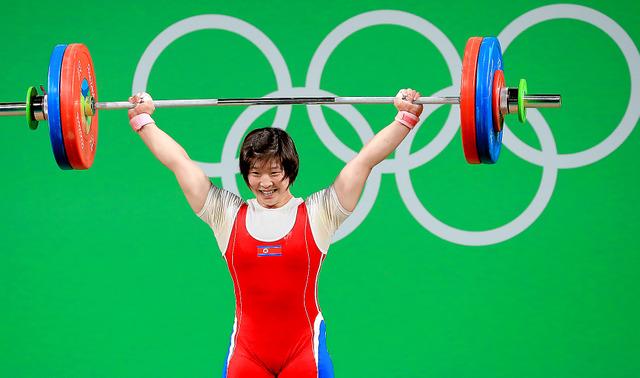 重量挙げ女子75キロ級で優勝した北朝鮮のリム・ジョンシム