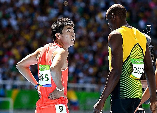 男子100メートル予選で敗退した桐生祥秀。右はボルト=諫山卓弥撮影