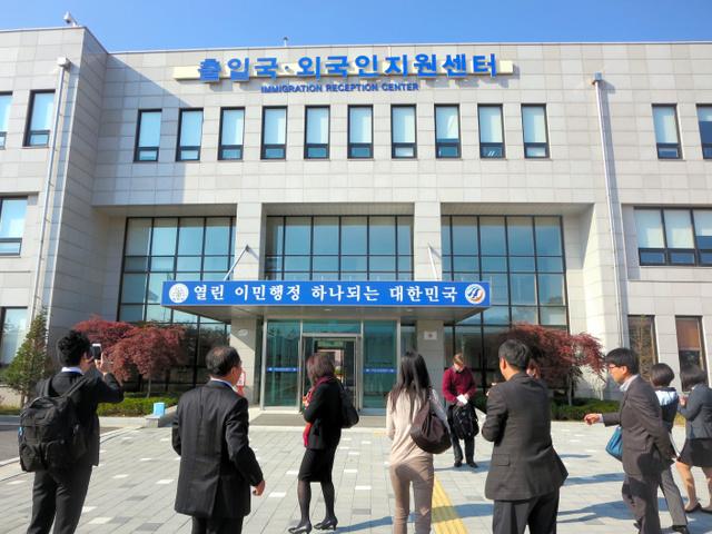 「出入国・外国人支援センター」。前に立つのは日本から見学に訪れた難民支援関係者ら=韓国・仁川市