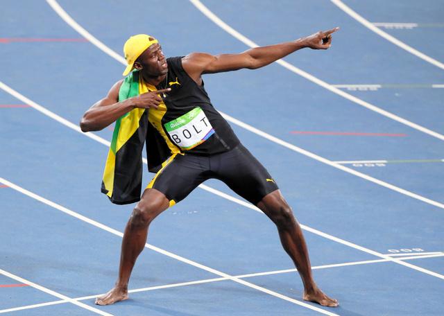 男子100メートルで優勝し、ポーズをとるウサイン・ボルト=西畑志朗撮影
