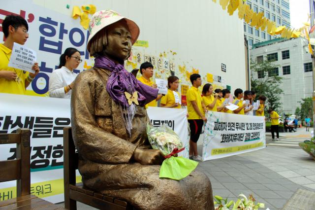 15日午前、ソウルの日本大使館そばで行われた日韓慰安婦合意に反対する学生集会=李聖鎮(イソンジン)撮影