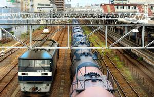 京葉臨海工業地帯から積んできた石油タンクは、JR貨物の機関車(左)で各地へ運ばれる=千葉市中央区今井2丁目