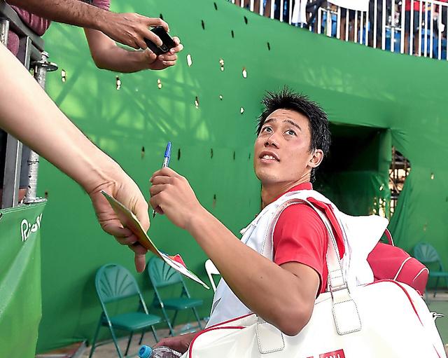 男子シングルス3位決定戦後、観客にサインする錦織圭=14日、五輪テニスセンター、竹花徹朗撮影