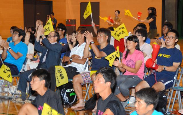 パブリックビューイングで錦織選手に声援を送る市民ら=松江市総合体育館