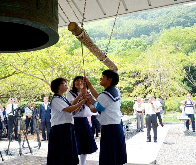 平和を祈念して鐘をつく生徒たち=周南市