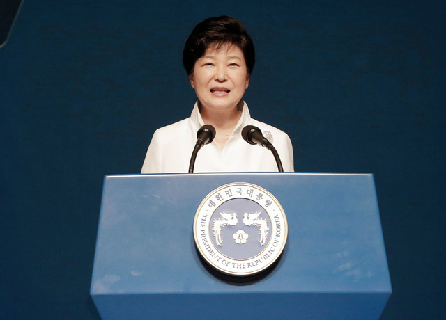 ソウルで15日、日本の植民地支配からの解放を祝う「光復節」の式典で演説する韓国の朴槿恵大統領=AP