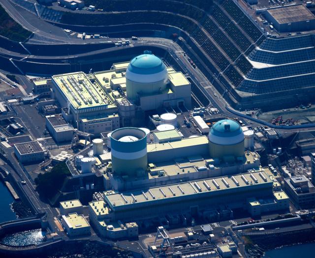 発送電を再開した四国電力伊方原発3号機(奥)。手前右は2号機=愛媛県伊方町、朝日新聞社ヘリから