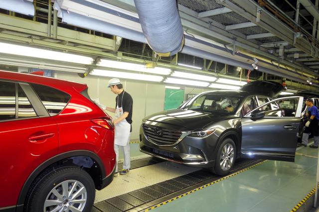 マツダの生産ライン。自動車産業の輸出採算は円高の影響を受ける=4月、広島市内、榊原謙撮影