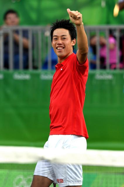 男子シングルスで銅メダルを獲得し、笑顔で声援に応える錦織圭=14日、ブラジル・リオデジャネイロの五輪テニスセンター、竹花徹朗撮影