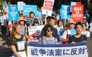 安保関連法案に異を唱える「SEALDs KANSAI」のメンバーら=2015年8月23日、東山区