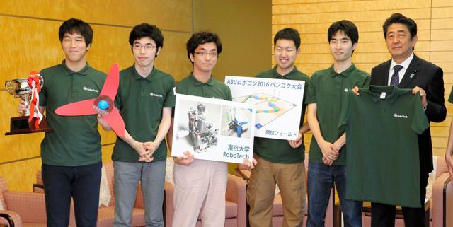 ABUアジア・太平洋ロボットコンテストの日本代表チームからユニホームを贈られた安倍晋三首相(右端)=15日午前10時44分、首相官邸、飯塚晋一撮影