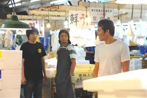 市場内の鮮魚仲卸「山治」での収録風景。ヤッさん役の伊原(右端)と、弟子のタカオを演じる柄本佑(左端)=6月15日、東京都中央区