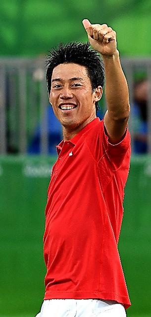 銅メダルを獲得し、笑顔で声援に応える錦織=14日、五輪テニスセンター