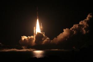 【アーカイブ】準天頂衛星初号機「みちびき」をのせて打ち上げられたH2A18号機=11日午後8時17分、鹿児島・種子島の種子島宇宙センター、森下東樹撮影(2010年9月11日)