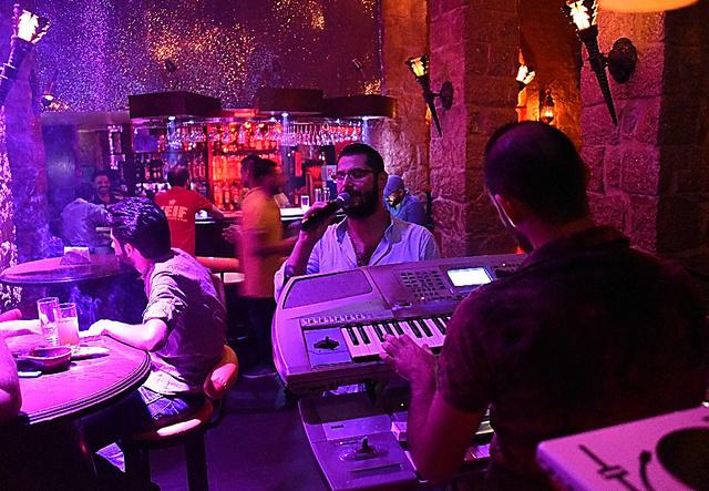 大勢の客でにぎわうダマスカスのバー=渡辺丘撮影