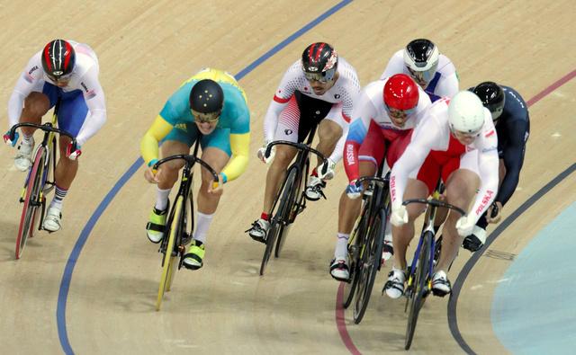 自転車男子ケイリン1回戦、力走する渡辺一成(左から3人目)=時事