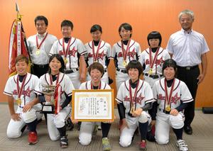 石川)全日本女子軟式野球Vのダラーズが金沢市長に報告