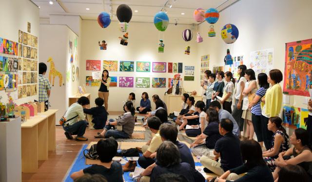 張り子の気球や絵画など子どもたちの作品が並ぶ。教師による発表会も行われた=横浜市神奈川区