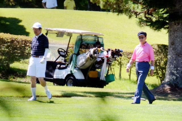 ゴルフを楽しむ安倍晋三首相(左)と麻生太郎副総理兼財務相=17日午前、山梨県山中湖村、寺本大蔵撮影