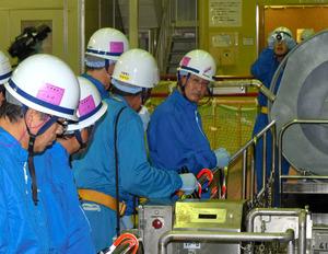 島根原発1号機の燃料プールを視察する平井知事(右)=松江市鹿島町片句、代表撮影