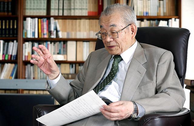 「旧憲法下でもそうでしたが、天皇が自らの意思を国民にどう伝えるかは、古くからの難問です」=早坂元興撮影