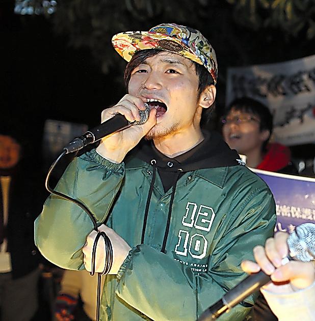 首相官邸前で、特定秘密保護法施行に抗議する奥田愛基さん=2014年12月10日、川村直子撮影