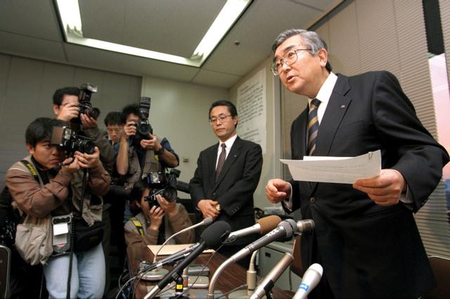 総会屋親族企業への利益提供を認める野村証券の記者会見。斉藤惇副社長(右)らが謝罪した=1997年3月6日、東京都中央区の東京証券取引所