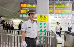 工事が進む改札口に立つ千葉寿郎・千葉駅長=千葉市中央区新千葉
