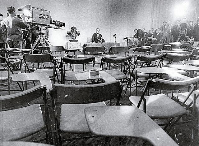 新聞記者が去り、テレビカメラの前で引退の会見をする佐藤栄作首相=1972年6月17日、首相官邸