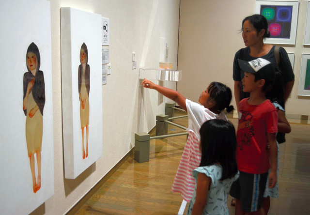 絵の女性の視線が、見る人を追いかける作品(左)=平塚市美術館