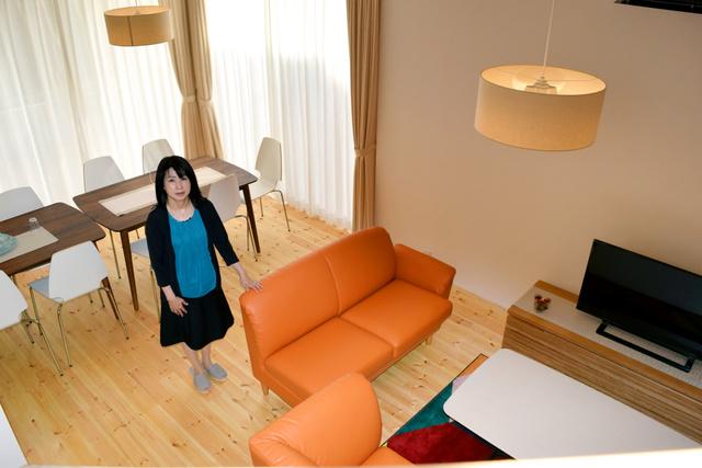 テーブルやソファ、大型テレビなどが備えられたリビングダイニング=東京都町田市金森東3丁目