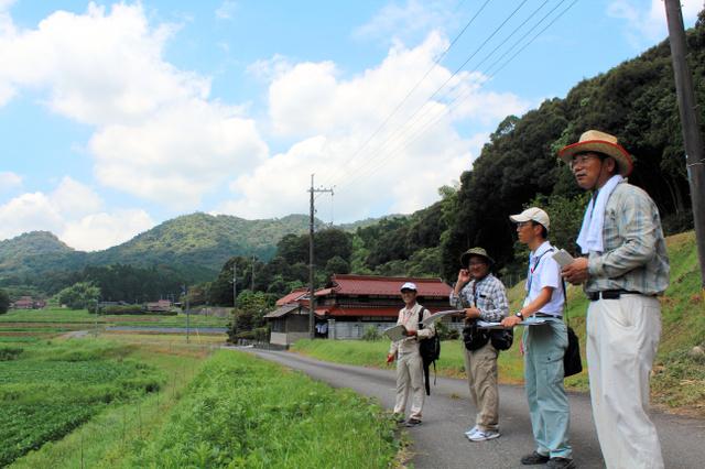 住民と応援隊の県職員が一緒に約4キロの道のりを歩いた=美祢市東厚保町川東