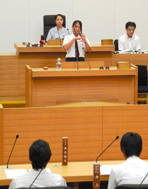 登壇して提言をする県立ろう学校の横田いくみさん=県議会