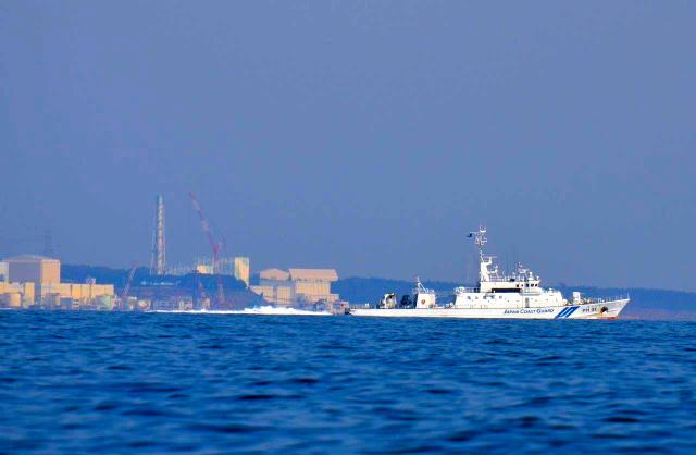 福島第一原発の前をゆっくり航行する海上保安庁の巡視船「あぶくま」=2013年4月、福島県沖、前田史郎撮影